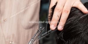 عکس با کیفیت کوتاه کردن موی مردانه توسط آرایشگر با شانه و قیچی