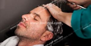 عکس با کیفیت شستن موهای سر مشتری پس از پیرایش و اصلاح موی سر توسط آرایشگر