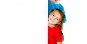 عکس با کیفیت دو کودک دختر و پسر در کنار جای خالی مناسب برای تصویر یا متن تبلیغاتی شما