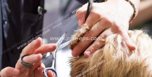 عکس با کیفیت کوتاه کردن موهای سر مشتری توسط آرایشگر مردانه در آرایشگاه
