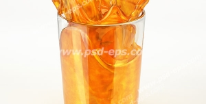 عکس با کیفیت لحظه ریختن آب پرتقال در درون لیوان بلور