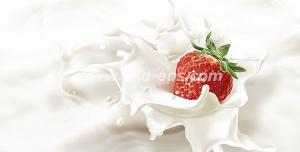 عکس با کیفیت لحظه افتادن توت فرنگی در داخل شیر