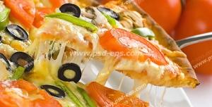 عکس با کیفیت جدا کردن برشی از پیتزای قارچ و سبزی جات با پنیر پیتزای فراوان