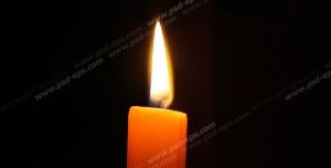 عکس با کیفیت نمای نزدیک از شمع روشن با زمینه سیاه رنگ