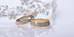 عکس با کیفیت حلقه های نامزدی یا عروسی در کنار تاج عروس