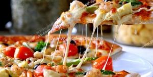 عکس با کیفیت برداشتن برشی از پیتزای قارچ و سبزی با گوجه گیلاسی و پنیر پیتزای فراوان