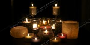 عکس با کیفیت شمع های بزرگ و کوچک تزئینی و فانتزی بر روی جاشمعی و زمین