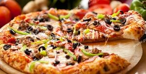 عکس با کیفیت پیتزای پپرونی برش زده شده بر روی میز در نار مواد اولیه از جمله قارچ ، فلفل دلمه ، گوجه ، پیاز و...
