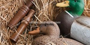 عکس با کیفیت دو عدد دوربین شکاری تک چشمی در کنار دو عدد اردک چوبی