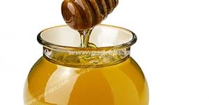 عکس با کیفیت برداشتن عسل از شیشه آن با قاشق مخصوص چوبی بامبو