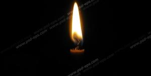 عکس با کیفیت شعله شمع در میان تاریکی