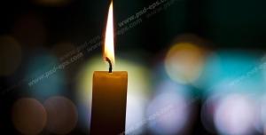عکس با کیفیت شمع روشن با زمینه نورهای رنگی