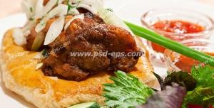 عکس با کیفیت تکه ای مرغ سوخاری با پیاز و جعفری همراه سالاد