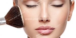 عکس با کیفیت چهره و فون بانویی در حال استفاده از کرم پودر یا کانسیلر با چتکه ای بزرگ