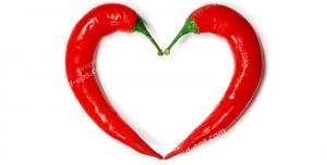 عکس با کیفیت دو عدد فلفل قرمز قرار گرفته در کنار هم به شکل قلب