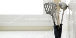 عکس با کیفیت سرویس کفگیر ملاقه استیل با دسته های مشکی درون جاقاشقی بر روی کابینت