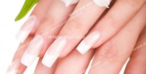 عکس با کیفیت دستان بانویی با ناخن هایی کاشته شده و گل گلایل سفید رنگ