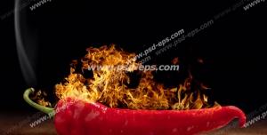 عکس با کیفیت فلفل قرمزی درون آتشی همراه با دود بر روی میز چوبی