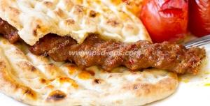عکس با کیفیت یک سیخ کباب کوبیده با گوجه و نان تافتون