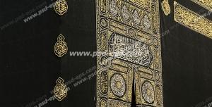 عکس با کیفیت کعبه یا خانه خدا از نمای نزدیک و پرده مشکی رنگ منقش به آیات قرآن