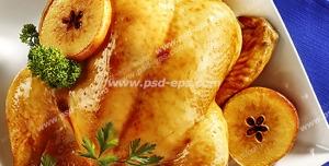 عکس با کیفیت مرغ سوخاری شکم پر با حلقه های سیب و سبزی درون بشقاب چینی