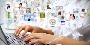 عکس با کیفیت فردی در حال تایپ کردن و چت با لپ تاپ و تصاویر پروفایل اشخاص گوناگون در فضای مجازی