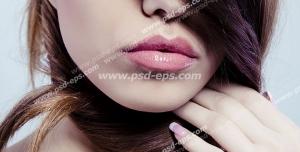 عکس با کیفیت بانویی با موهای بلند و قهوه ای رنگ بر روی صورت خود