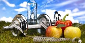 عکس با کیفیت تصویری حاوی میوه و صیفی جات و آب به همراه وزنه یا دمبل نمادین از رژیم غذایی و ورزش جهت تناسب اندام و لاغری
