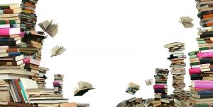 عکس با کیفیت انبوه کتاب های چیده شده بر روی هم در ستون های بلند و بر روی زمین