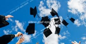 عکس با کیفیت نمایی از پایین از کلاه های فارغ التحصیلی پرتاب شده به سمت آسمان توسط دانشجوهای فارغ التحصیل