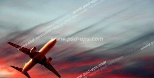 عکس با کیفیت نمای پایین از هواپیمای در حال اوج گرفتن به سمت ابرها در هنگام غروب آفتاب و آسمان سرخ