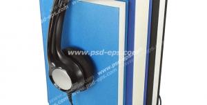 عکس با کیفیت نمادین آموزش مجازی با تصویر هدفون در کنار کتاب های بزرگ آبی رنگ