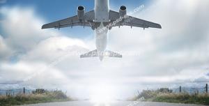 عکس با کیفیت نمای پایین از لحظه بلند شدن هواپیما از روی باند فرودگاه به سمت آسمان نیمه ابری