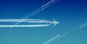 عکس با کیفیت نمای دور از هواپیمای در حال پرواز با خط های سفید دنباله هواپیما