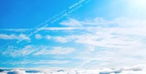 عکس با کیفیت نمای آسمان آبی و نیلی رنگ بالای ابرها از پنجره هواپیما