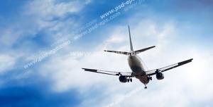 عکس با کیفیت پرواز هواپیمای مسافربری به سمت ابرها در آسمان