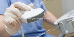 عکس با کیفیت پزشکی با لباس مخصوص در حال انجام سونوگرافی با دستگاه