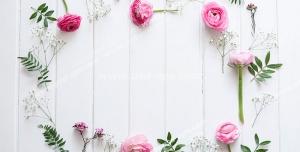 قاب عکس یا قاب متن با گل های رز صورتی و برگ چیده شده بر روی پارکت