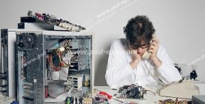عکس با کیفیت تبلیغاتی مرد در حال صحبت تلفن و کمک خواستن برای تعمیر کیس کامپیوتر