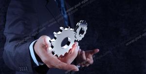 عکس با کیفیت تبلیغات چرخ دنده در دو دست مرد