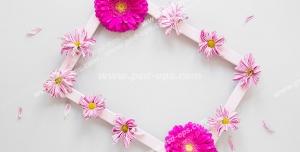قاب عکس سفید تزئین شده با گل های ژربرا بنفش رنگ و مینا سفید و بنفش رنگ