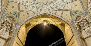 عکس با کیفیت تبلیغاتی نمای داخلی گنبد کاشی کاری شده زیبا که از طاق آن مسجد آقا بزرگ کاشان دیده می شود