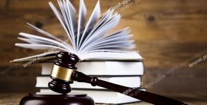عکس با کیفیت تبلیغاتی چند کتاب در کنار چکش عدالت