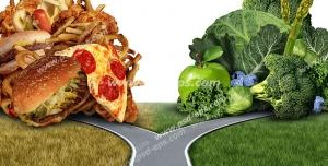 عکس با کیفیت تبلیغاتی جاده و دو راهی بین فست فود و سبزیجات