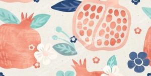 عکس با کیفیت تبلیغاتی طرح انار های سالم و قاچ شده و شکوفه های کوچک