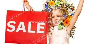 عکس با کیفیت تبلیغاتی دختر بچه ی زیبا که موهای او با گل های رنگارنگ تزئین شده و ساک کاغذی خرید که روی آن به انگلیسی کلمه تخفیف چاپ شده
