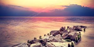 عکس با کیفیت تبلیغاتی سخره سنگی زیبا میان دریاچه