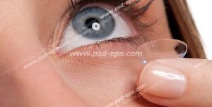 عکس با کیفیت تبلیغاتی خانم در حال قرار دادن لنز بی رنگ در چشم