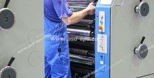 عکس با کیفیت تبلیغاتی کاگر در حال کار با دستگاه چاپ افست چهار رنگ صنعتی بزرگ