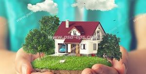 عکس با کیفیت تبلیغاتی تکه ای از مین که خانه ای شیروانی زیبا در بین درختان سبز قرار دارد در دست مرد